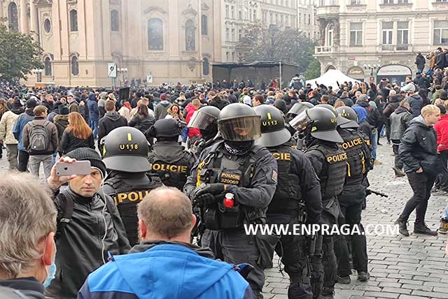 Guerra campal contra las medidas Covid-19 en la plaza de la Ciudad Vieja de Praga